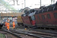 Vor der Reparatur der Gleisanlagen müssen die entgleisten Lokomotiven und Güterwagen mit einem Kran wieder auf die Geleise gehoben und abtransportiert werden. (Bild: Urs Hanhart (Neue UZ))