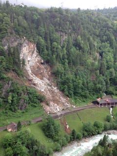 Felsmassen stürtzen am Dienstagmorgen um 9 Uhr auf das Bahntrassee bei Gurtnellen (Bild: Kapo Uri)