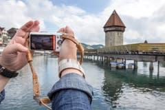 Die Kapellbrücke ist ein beliebtes Fotosujet – auch während der Sanierung des Dachs. (Bild: KEYSTONE/Alexandra Wey)