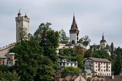 Der Luegislandturm (Mitte), flankiert vom Männliturm (links) und dem Wachtturm. (Bild: Pius Amrein / Neue LZ)
