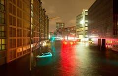 Überflutete Strassen in der Speicherstadt in Hamburg. (Bild: Keystone)