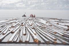 Unfallfrei und störungsfrei schoben die teilweise verbeulten Boote der Förster 600 Tonnen durch Nebel über den spiegelnden See. (Bild: Maria Schmid / Neue ZZ)