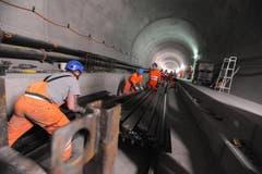 Im Bereich der Multifunktionsstelle in Sedrun werden letzte Vorbereitungen für den Einbau der festen Fahrbahn getroffen. (Bild: Urs Hanhart / Neue UZ)