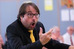 Andreas Wiedmer dirigiert den Männerchor Sursee beim Auftritt im Schulhaus Kirchbühl 2. (Bild: Roger Zbinden (Neue NZ))