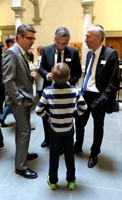 Nils Gresch im Gespräch mit den Politikern. (Bild: Nadia Schärli (Neue LZ))