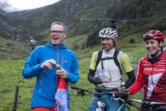 Andreas Meyer, CEO SBB, und die Biker Rene Zimmermann und Linda Indergand (von links) auf dem Hinter Etzliboden. (Bild: Keystone / Alexandra Wey)