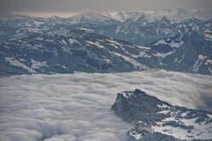 """Aussicht vom """"Büro"""" auf dem Pilatus: Bürgenstock im frühmorgendlichen Nebelmeer. (Bild: Pius Amrein (Neue LZ))"""