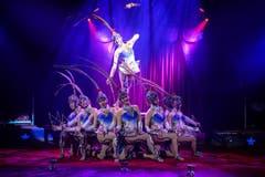 Treten die «Feather Girls» der China National Acrobatic Troupe auf, flirren und surren die Doppelhohlkegel in rasanter Geschwindigkeit durch die Lüfte. Die chinesischen Artistinnen gewannen im vergangenen Jahr den Goldenen Clown am 37. Internationalen Circus-Festival von Monte-Carlo. (Bild: PD)