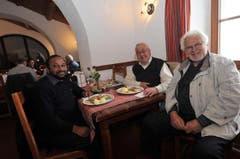 Die beiden Pfärrer Georg Baby (links) und Marzell Camenzind (Mitte) sowie Nerio Crematti beim Mittagessen im Gotthard-Hospiz, das seit Mittwoch ebenfalls wieder geöffnet hat. (Bild: Urs Hanhart / Neue UZ)