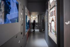 Im Schweizer Pavillon betrachten Besucher am Eröffnungstag die Subausstellung, Spiritio Basilea im Pavillon rossocrociato. (Bild: SAMUEL GOLAY)