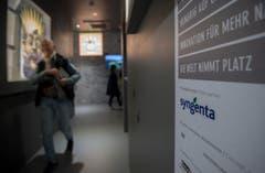 Besucher des Schweizer Pavillions schauen sich die Ausstellung «Spiritio Basilea» an. Diese wurde gesponsert von Syngenta. (Bild: SAMUEL GOLAY)