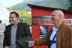 Urs Traxel, Direktor des Hauptsponsors UKB, und der Andermatter Gemeindepräsident Roger Nager (links) amüsieren sich. (Bild: Bruno Arnold / Neue UZ)