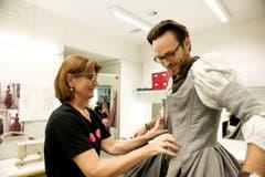Ulrike Scheiderer (schwarzes Shirt) kleidet Pascal Bösch aus St. Erhard ein. (Bild: Corinne Glanzmann)