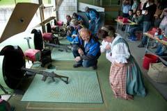 Conny Wicki kommt in der Tracht und wird von Schützenmeister Josef Felder instruiert. (Bild: Dominik Wunderli (Neue LZ))