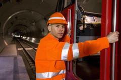 Lokführer Heinz Zech besteigt seine Maschine. Bis Ende Mai sind insgesamt 3500 Testfahrten geplant. (Bild: Keystone / Alexandra Wey)