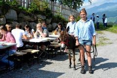 Brunch in St. Niklausen: Die Weid verdient ihren Namen als Erlebnisbauernhof für Kinder samt Eselchen und für Schlemmer. (Bild: Romano Cuonz / Neue NZ)