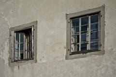 Die Fassade verwittert, viele Fenster zerbrochen, die Jalousien morsch. (Bild: Pius Amrein / Neue LZ)