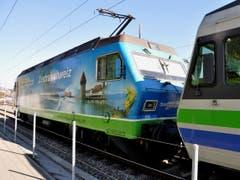 VAE - Voralpen-Express, der touristische Zug von Luzern nach St. Gallen verlässt den Bahnhof Küssnacht a.R. Eine schöne und beliebte Fahrt erwartet die Reisenden! (Bild: Niklaus Rohrer)