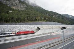 8. Oktober 2015: Der erste unter Strom fahrende Testzug fuhr beim Nordportal bei Erstfeld durch den neuen Gotthard-Basistunnel. (Bild: Keystone / Urs Flüeler)