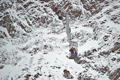 """Mit der """"Baustellenbahn"""" gelangen Arbeiter zum Gipfel. (Bild: Pius Amrein (Neue LZ))"""