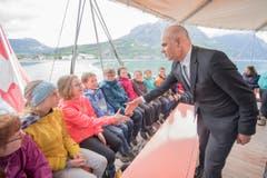 Bundesrat Alain Berset begrüsste die Schüler auf dem Dampfschiff bei der Überfahrt von Brunnen zum Rütli... (Bild: Keystone / Urs Flüeler)
