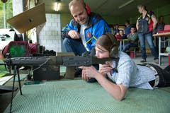 Ramona Rössli übt sich im Schiessen und wird von Schützenmeister Josef Felder instruiert. (Bild: Dominik Wunderli (Neue LZ))