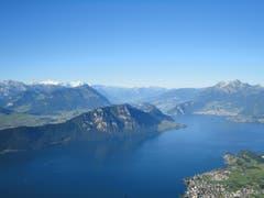 Traumwelt Zentralschweiz am 1. August: Hinter dem Stanserhorn sind Mönch, Eiger, Jungfrau erkennbar. (Bild: Karin Buholzer)