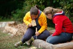 Zwei Schülerinnen arbeiten an einem Sagen- und Barfusspfad. (Bild: Stefan Kaiser)