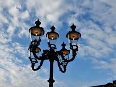 Auch ganz vielen Touristen fiel diese, bereits um 15.50 Uhr, brennende Lampe in Luzern auf. (Bild: Margrith Imhof-Röthlin)