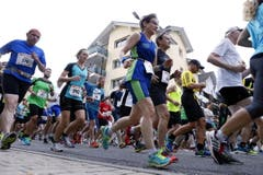 Trotz gelegentlichem Regen liessen sich die Läufer den Spurt um den Ägerisee nicht nehmen. (Bild: Werner Schelbert (Neue ZZ))