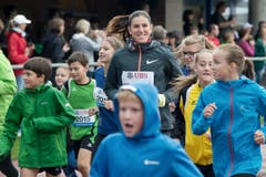 Die tschechische Hürdenläuferin Zuzana Hejnová hat sichtlich Spass am Training mit den jungen Nachwuchs-Athleten. (Bild: Pius Amrein / Neue LZ)