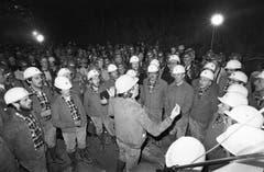 Singende Mineure am 30. April 1981 anlässlich des Durchstichs des Furkatunnels. (Bild: Keystone / Str)