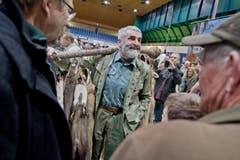 Auf dem Bild zu sehen ist Kurt Lüscher mit seinen Fellen unterwegs am Markt. (Bild: Pius Amrein (Neue LZ))