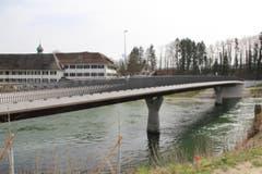 Neue, elegante Auto- und Fussgängerbrücke über die Reuss, bei Gnadental, Freiämter-Wanderweg. (Bild: Josef Habermacher)