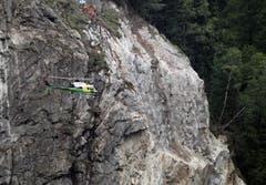 Nach der Sprengung wird der Fels überprüft. (Bild: Keystone/Urs Flüeler)