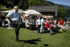 Bundesrat Johann Schneider-Ammann zeigt seine Fussballkünste. (Bild: Keystone)