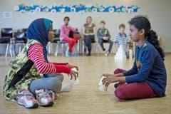 Auf der Basis von einfachen Utensilien wie Plastikbechern entwickelten die Kinder ein Theaterstück. (Bild: Pius Amrein (Neue LZ))