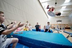 Die Schulkinder präsentieren den saltoschlagenden Kollegen. (Bild: Pius Amrein / Neue LZ)
