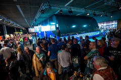 Besucher warten vor dem grossen Bus auf einen Platz für die Videoshow des Kantons. (Bild: Philipp Schmidli)