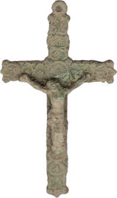Der schön gearbeitete Kruzifixus aus Bronze dürfte einmal an einem Rosenkranz befestigt gewesen sein. Er wurde bei der Begehung des Pfarrmättelis mit dem Metalldetektor gefunden. (Bild: PD)