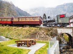 Zahnradbahn Vitznau-Rigi Kulm mit Dampfloki No.16 (Baujahr 1923) und historischen Wagen. (Bild: Mario Burger)
