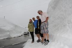 Jenny und Kevon Andrews (links) sowie Marianne und Adolf Steiner freuen sich über den vielen Schnee auf dem Gotthard. (Bild: Urs Hanhart / Neue UZ)