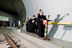 Pfarrer Martin Werlen bei der Segnung des neuen Tunnels. (Bild: Keystone / Gaetan Bally)