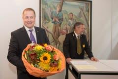 Auch für ihn gabs einen Blumenstrauss: Beat Arnold, Uris neuer (SVP-)Nationalrat. (Bild: Keystone/Urs Flüeler)