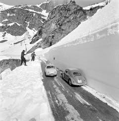 Zwei Arbeiter sind im April 1960 mit der Schneeräumung der Simplonpassstrasse beschäftigt. (Bild: Keystone)