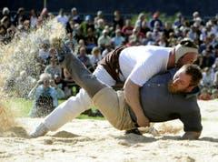 Benji von Ah (oben) zwingt Torsten Betschart zu Boden. (Bild: Keystone)