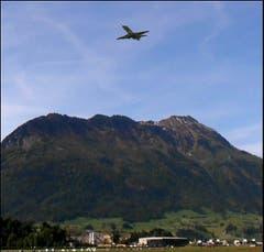 PC-24 auf seinem Erstflug. Im Hintergrund das Stanserhorn (Bild: Leserbild Sepp Bernasconi)