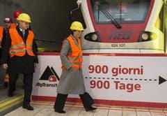 16.12.2013: Noch 900 Tage bis zur offiziellen Eröffnung des Gotthard-Basistunnels, im Bild SBB-CEO Andreas Meyer (links) und Bundesrätin Doris Leuthard. (Bild: Keystone)