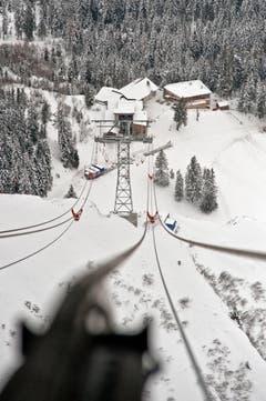 Ein Blick entlang der Tragseile von der Bergstation zur Fräkmüntegg. (Bild: Pius Amrein (Neue LZ))