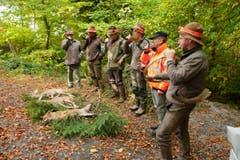 Die Jäger besprechen sich. (Bild: Dominik Wunderli / Neue LZ)